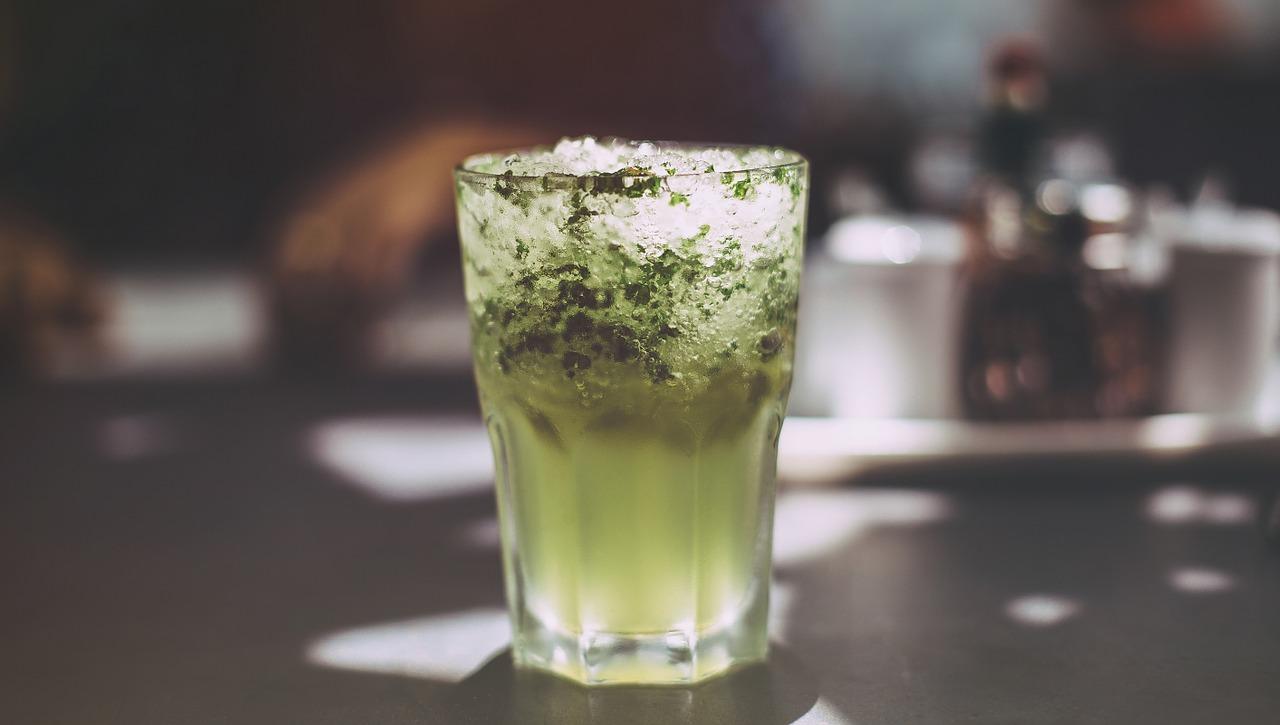 Zielony koktajl z dodatkiem spiruliny.